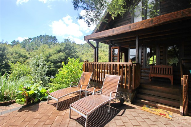 Bush Chalet - sun deck/patio